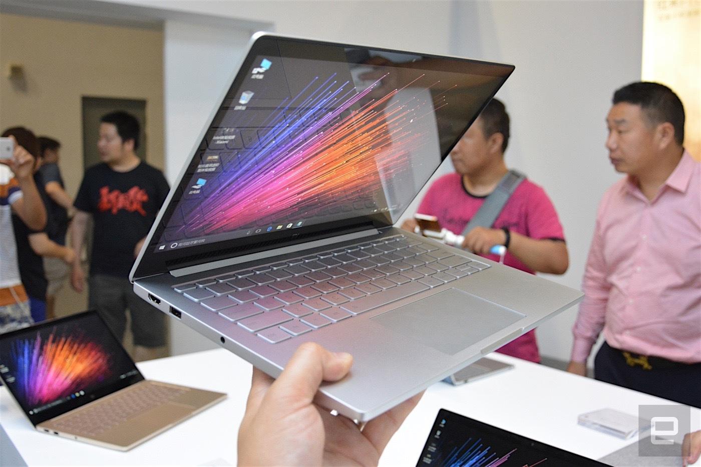 Portatil Xiaomi Mi Notebook Air en la mano grosor
